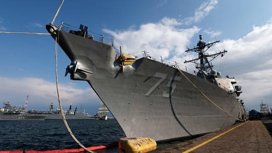 ...và tàu USS Donald Cook cập cảng Constanta của Romania ngày 14-4. Ảnh: Reuters