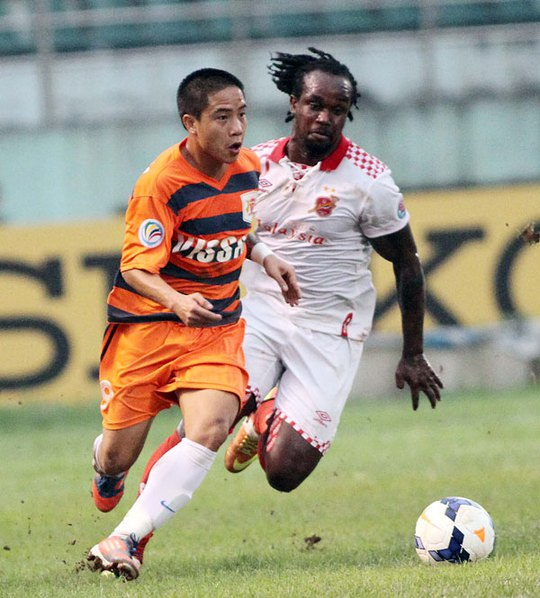 Hoàng Danh Ngọc (trái) trong trận lượt đi với Kelantan. Ở trận lượt về ngày 18-3, Ngọc không theo đội sang Malaysia nhưng vẫn nhận được 50 triệu đồng để không báo cáo vụ làm độ lên ban huấn luyện Ảnh: HẢI ANH