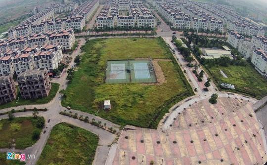Sân quần vợt nằm giữa khu đô thị chưa dùng đã xuống cấp.