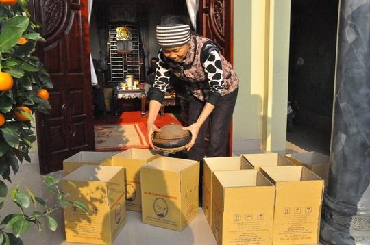 Công đoạn cuối cùng là đóng thùng để những niêu cá kịp đến tay người tiêu dùng trong ngày Tết cổ truyền.