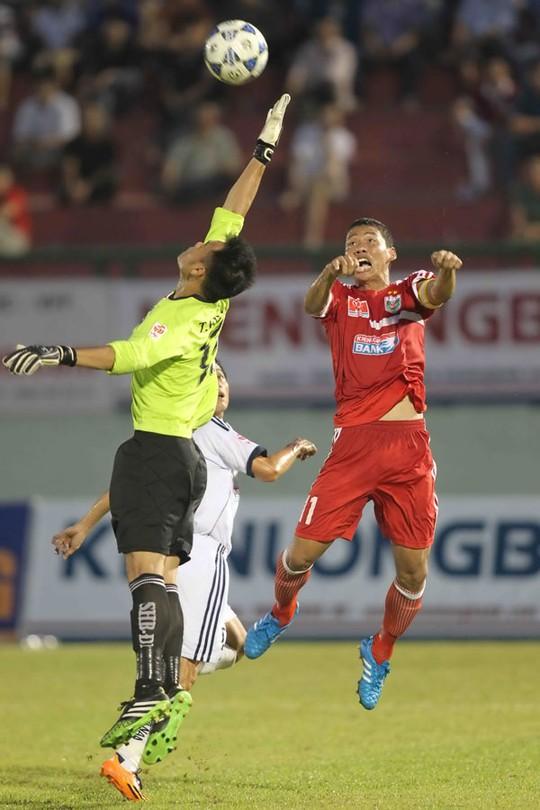Anh Đức (phải) ghi bàn mở tỉ số và chuyền bóng cho Abass ấn định chiến thắng cho B.Bình Dương Ảnh: QUANG LIÊM