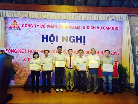 Ông Nguyễn Công Thuận trao tặng khen thưởng cho các lao động tiên tiến