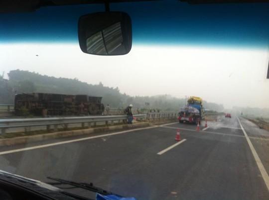 Chiếc xe tải bị lật nghiêng - ảnh otofun