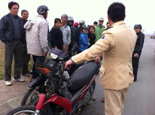 Chiếc xe máy bị dập nát phần đầu