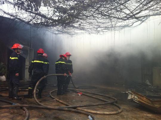 Đến khoảng 13 giờ 15 ngọn lửa cơ bản được khống chế