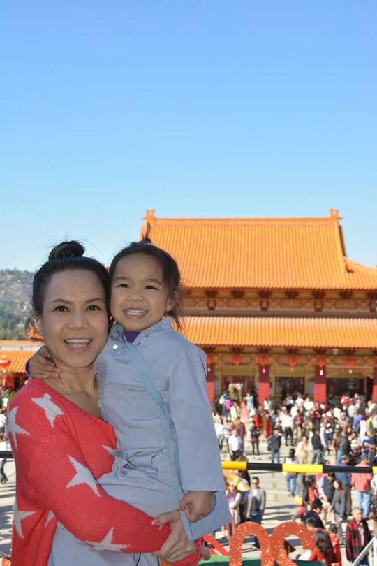 Việt Hương dành thời gian cho con gái sau mỗi chuyến trở về