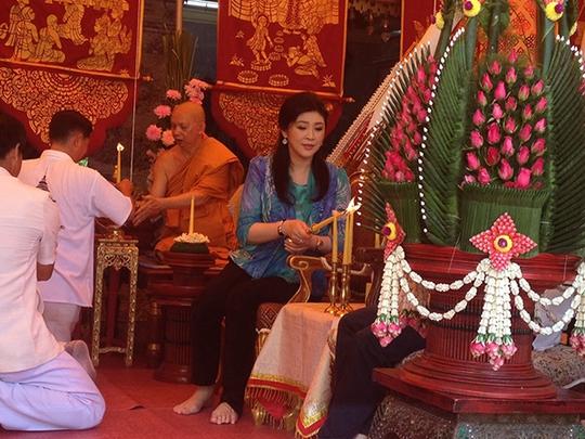 Bà Yingluck tại chùa Wat Phrathat hôm 14-5. Ảnh: Bangkok Post