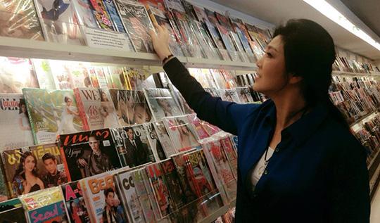 Bà Yingluck mua sắp ở Chiang Mai hôm 12-5. Ảnh: Bangkok Post