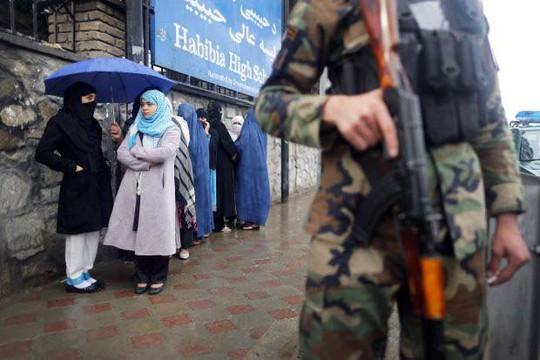 Bên ngoài một điểm bỏ phiếu ở Kabul hôm 5-4 Ảnh: REUTERS