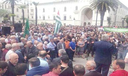 Hàng ngàn người biểu tình tụ tập phản đối tổng thống Abkhazia hôm 27-5. Ảnh: ITAR-TASS