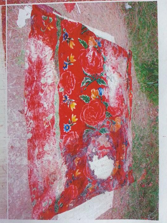 Chiếc chăn dùng để quấn thi thể nạn nhân