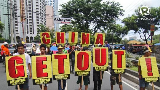 Người dân Philippines phản đối hành động bắt nạt của Trung Quốc trên biển Đông vào tháng 7-2013  Ảnh: RAPPLER