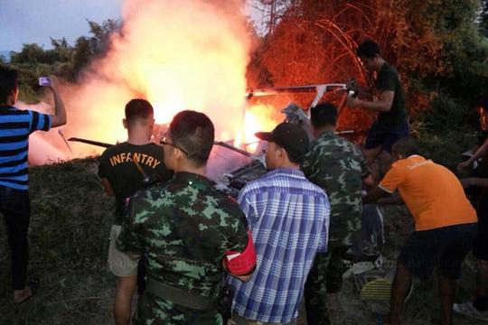 ...và bốc cháy ngùn ngụt. Ảnh: Bangkok Post