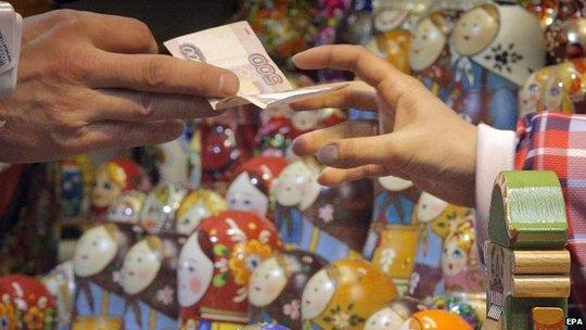 Đồng rúp Nga liên tục phá đáy, mức mất giá tệ hại nhất trong 16 năm qua. Ảnh: EPA