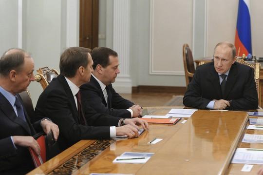 Ông Putin (bìa phải) họp cùng Thủ tướng Dmitry Medvedev (thứ hai từ phải sang), Chủ tịch Duma Sergey Naryshkin và Thư ký Hội đồng An ninh Nikolai Patrushev hôm 16-12. Ảnh: Business Insider