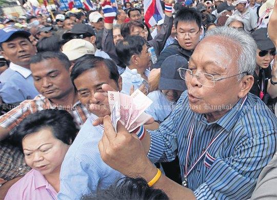 Ông Suthep nhận tiền ủng hộ của người biểu tình trong cuộc tuần hành ngày 20-12-2013 73 Bangkok. Ảnh: Bangkok Post