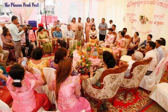 Đám cưới có sự tham dự của cả quan chức Campuchia lẫn binh lính Khmer Đỏ cũ. Ảnh: Phnom Penh Post