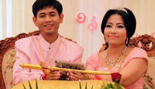 Patchata gặp chồng khi du học ở Malaysia. Ảnh: Phnom Penh Post