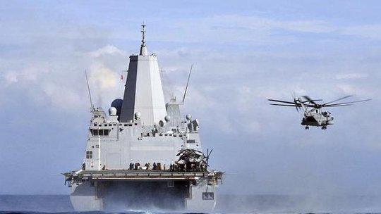 Một chiếc trực thăng CH-53 Sea Stallion cất cánh từ boong tàu USS Mesa Verde trong một cuộc tập trận trên Địa Trung Hải. Ảnh: REUTERS