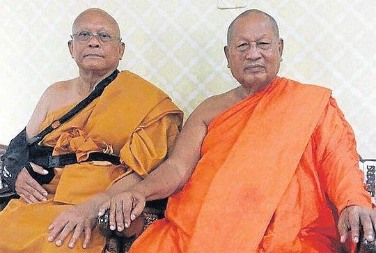 Ông Suthep (trái) bên cạnh một nhà sư ở chùa Ta Sai hôm 15-7. Ảnh: Bangkok Post