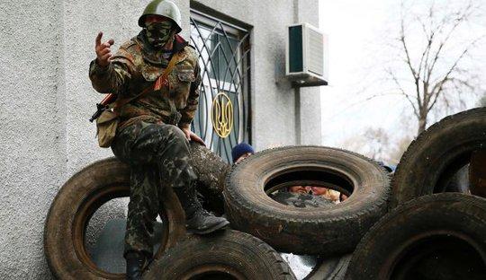 Những người ủng hộ Nga đặt rào chắn tại Slaviansk hôm 12-4. Ảnh: Reuters