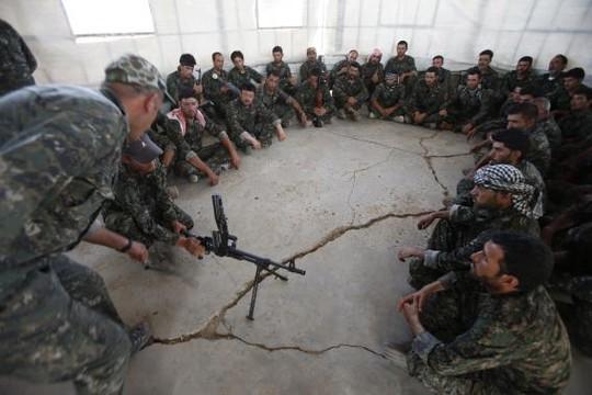 Người Yazidi được huấn luyện ở Syria. Ảnh: Reuters