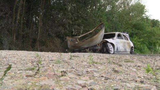 Một chiếc xe của băng cướp bị đốt cháy và bỏ lại ở ngoại ô phía Bắc Paris. Ảnh: BBC