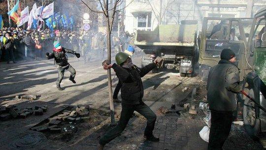 Cảnh sát đáp trả người biểu tình bằng lựu đạn và hơi cay