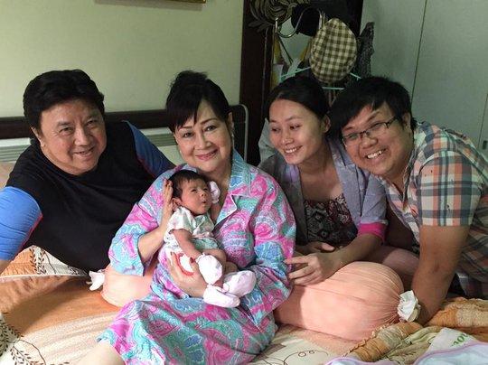 Vợ chồng NSƯT Bảo Quốc vui vẻ bên cháu cố (con của nghệ sĩ Gia Bảo- Thanh Hiền)