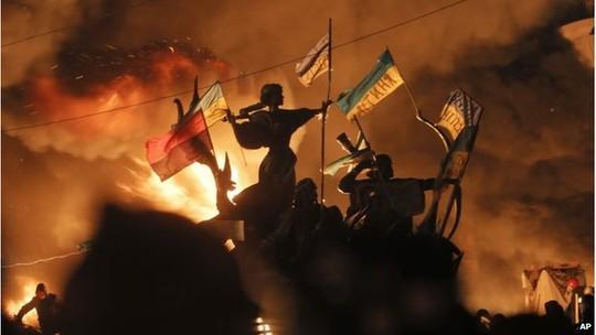 ...trong khi người biểu tình đốt lửa khắp quảng trường để cản đường. Ảnh: AP