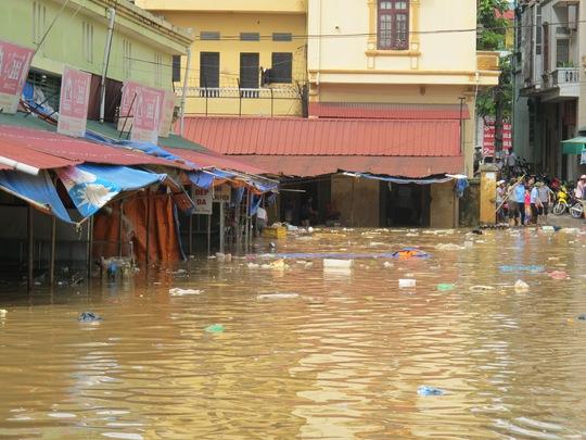 Nhiều khu vực ở trung tâm TP Lạng Sơn đã bị ngập sâu, không thể đi lại trong ngày và đêm 17-9
