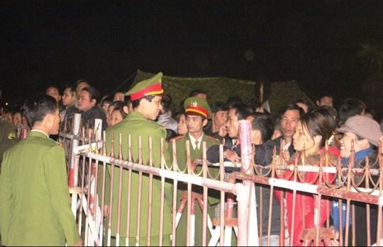 Lực lượng an ninh làm nhiệm vụ tại lễ khai ấn đền Trần năm 2013
