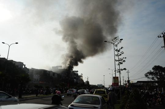 Khói lửa mù mịt ở nơi xảy ra vụ cháy