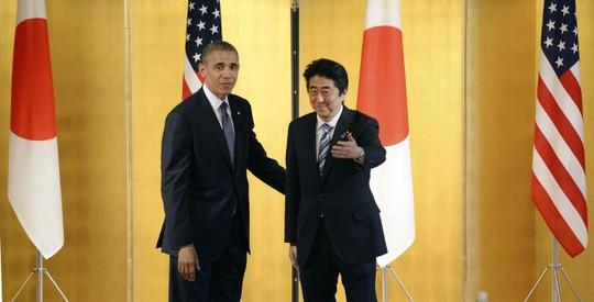 Tổng thống Mỹ Barack Obama (trái) và Thủ tướng Nhật Bản Shinzo Abe tại cung điện Akasaka ở Tokyo hôm 24-4. Ảnh: Reuters