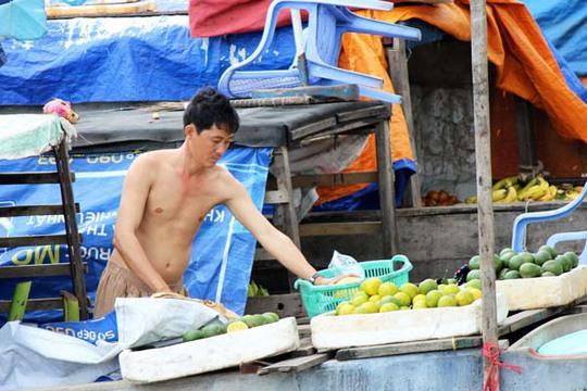 Tại khu chợ nổi này, trái cây không chỉ bán sỉ, mà còn được bán lẻ với giá khá rẻ