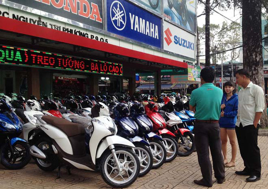 Lợi dụng tâm lý đám đông của khách hàng, các cửa hàng vô tư giá nhiều loại xe máy.