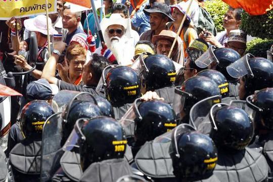 Cảnh sát trấn áp người biểu tình ở Đài Tưởng niệm Dân chủ tại Bangkok hôm 15-5. Ảnh: Reuters