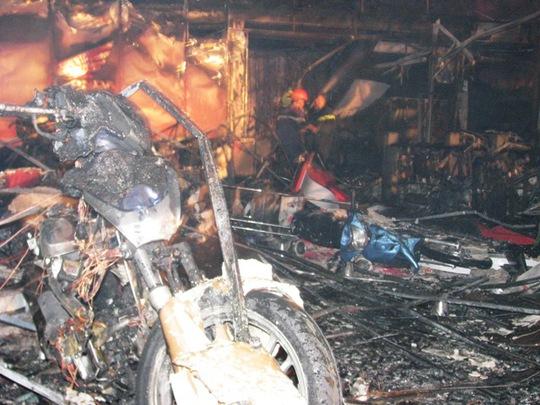 Hàng trăm xe máy phía trong Đại lý bị cháy