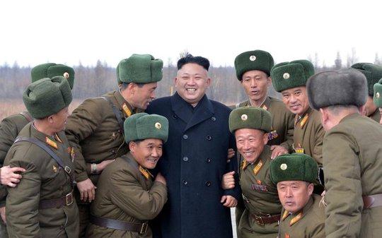 Lãnh đạo Triều Tiên Kim Jong-un và các tướng lĩnh quân đội - Ảnh: Reuters