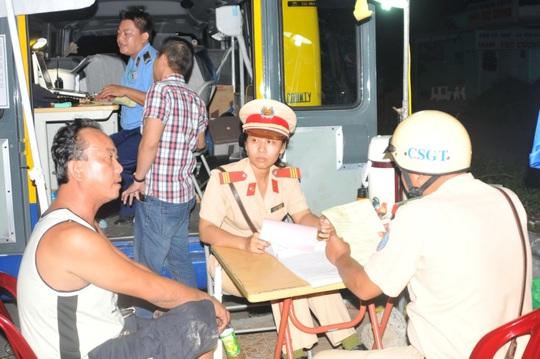 Lực lượng CSGT lập biên bản đối với tài xế Thanh
