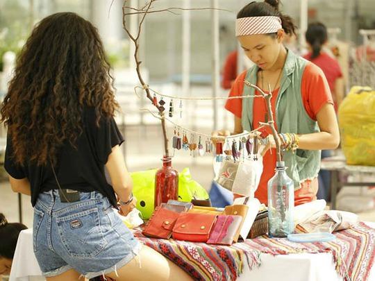 Các sản phẩm bán ở chợ có nhiều loại, cả cũ và mới nhưng hầu hết được làm bằng tay. Một số được nhập khẩu từ nước ngoài