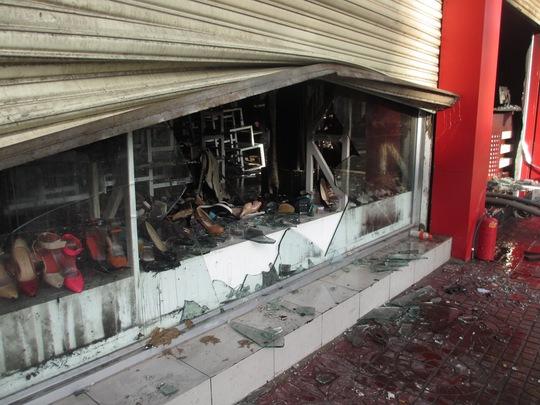 Nấm cửa cuốn trước shop đóng chặt khi xảy ra cháy