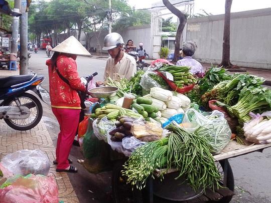Hàng rong phát triển đã hút rất nhiều khách ở chợ truyền thống. Ảnh: Lê Phong.