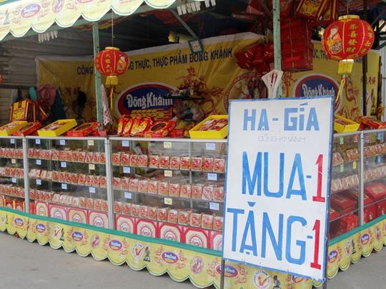 Các cửa hàng đề bảng giảm giá 50%, mua một tặng một đối với hãng bánh Đồng Khánh.