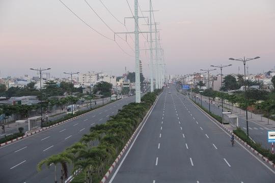 Tuyến đường mang tên cố Thủ tướng Phạm Văn Đồng rộng thênh thang, vắng lặng phương tiện.