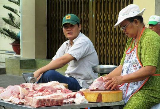Đến gần trưa nhưng sạp thịt của các tiểu thương tại chợ Bà Chiểu vẫn còn nhiều.