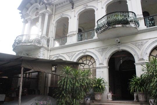 Do lâu năm không được trùng tu, sơn sửa nên ngôi biệt thự trong khá cũ kỹ và bừa bộ. Khuôn viên sân nhà được cho thuê làm bãi xe, quán ăn