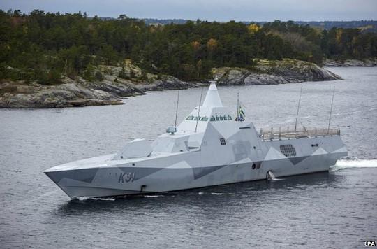 Tàu Thụy Điển rà soát quần đảo Stockholm. Ảnh: EPA