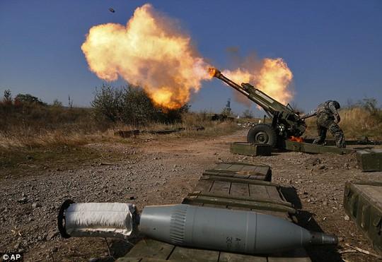 Quân ly khai nã pháo vào vị trí quân chính phủ ở TP Donetsk. Ảnh: AP