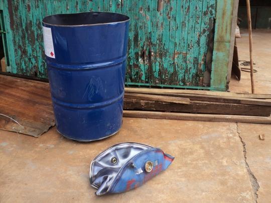 Nắp thùng phuy biến dạng sau vụ nổ